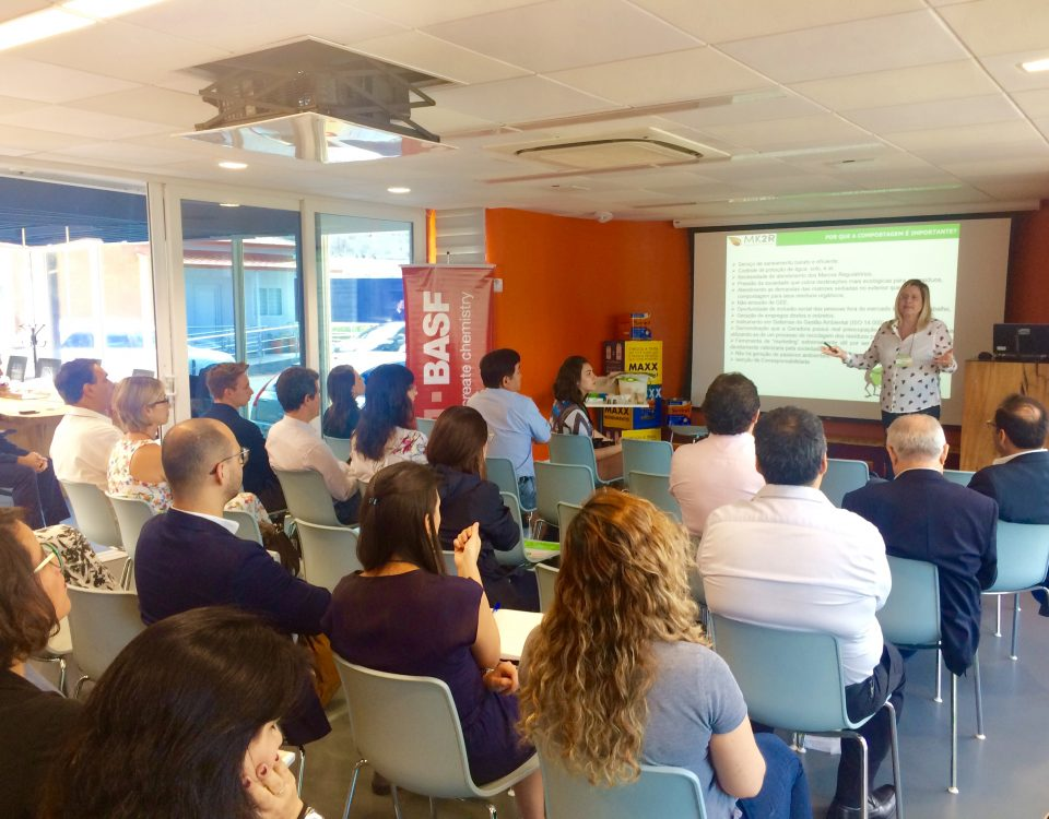 Eng. Agr. Katia Beltrame (MK2R) discursando sobre o potencial da compostagem no Brasil.